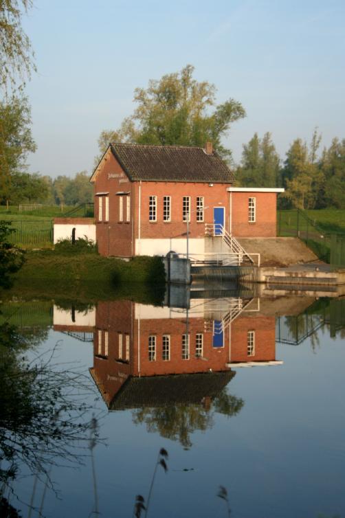 Spiegeling - Gemaal Johannes Vis weerspiegeld in Dordrecht.