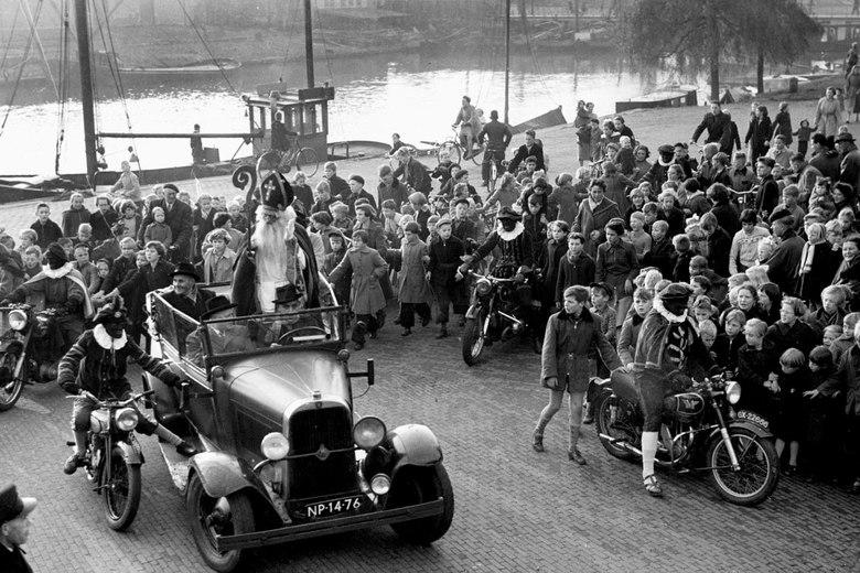 intocht Sint - November 1954; intocht Sint Nicolaas.<br /> Fotograaf; Harry Bedijs.<br /> Copyright; Stichting Foto Bedijs.