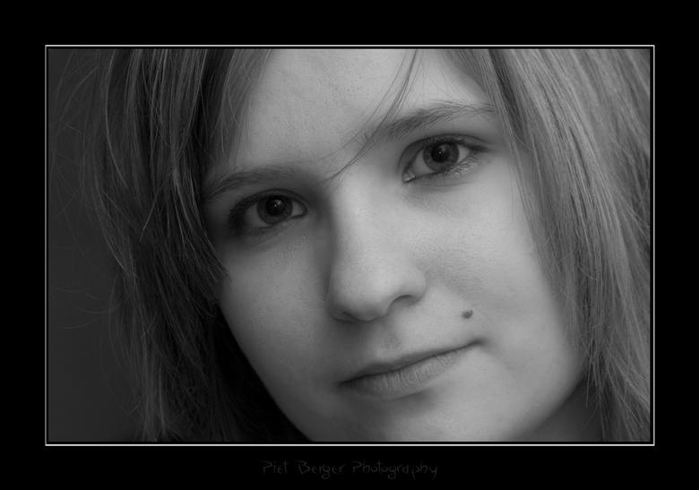 Caroline - Na een beetje spelen met PhotoShop.<br /> <br /> Deze foto is een gecropte versie van het vorige portret van caroline.<br /> Deze is met