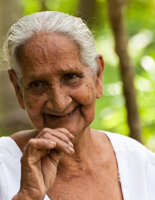 Oude Srilankeese dame - Bijna blind en met nog maar één tand in haar mond vond deze oude Srilankeese dame ons maar wat interessant!