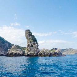Apparte rotsformatie aan de kust van Sicilië