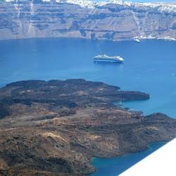 Cruisschip bij Santorini