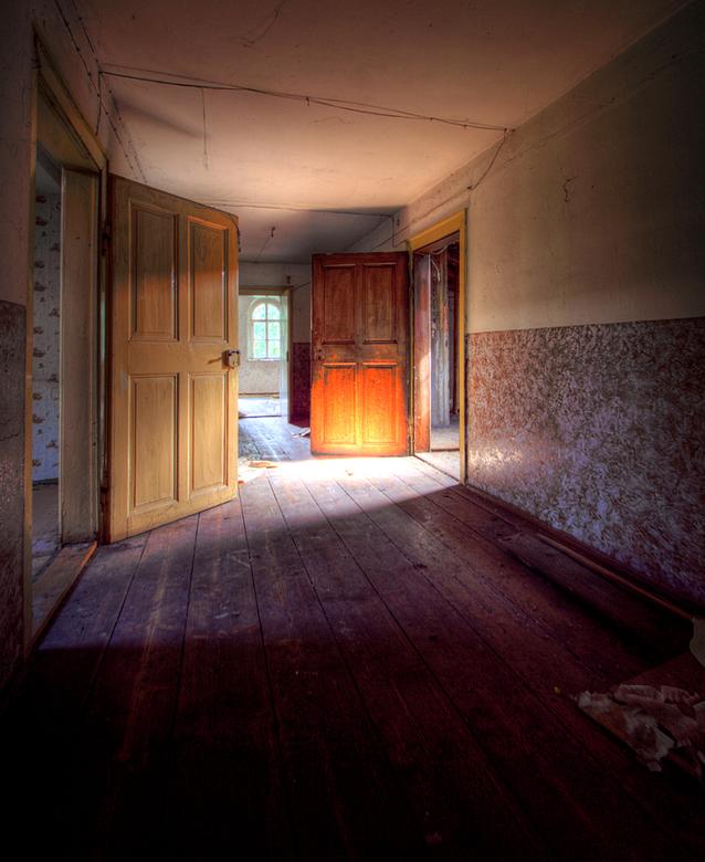 Verlaten huis DDR 4 - Op 17-9-2010 hebben Jos en ik een bezoek gebracht aan dit verlaten huis<br /> <br /> Het is een hdr foto<br /> <br /> Kijk o
