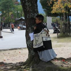 verstoppertje spelen in Japanse kimono