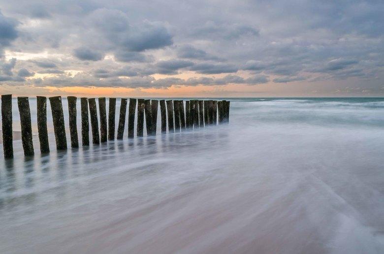 Terug kerend water - De stranden van Calais staan vol met paalhoofden. Deze palen zijn langs de kunst geplaatst om de getijstroom meer uit de kust te