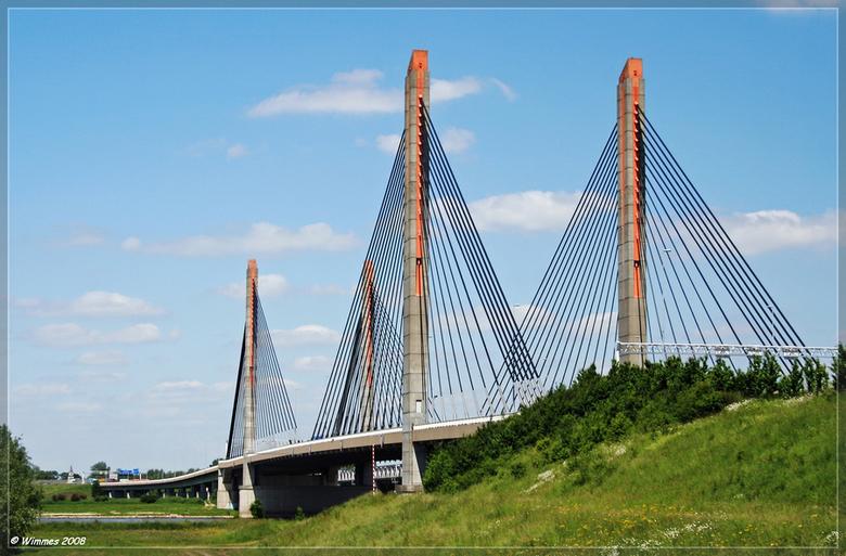 Martinus Nijhoffbrug te Zaltbommel - De Martinus Nijhoffbrug  genomen op een mooie zonnige dag. Voor de meeste mensen een welbekende brug over de Waal