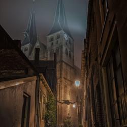 Mistige avond bij de Bergkerk in Deventer