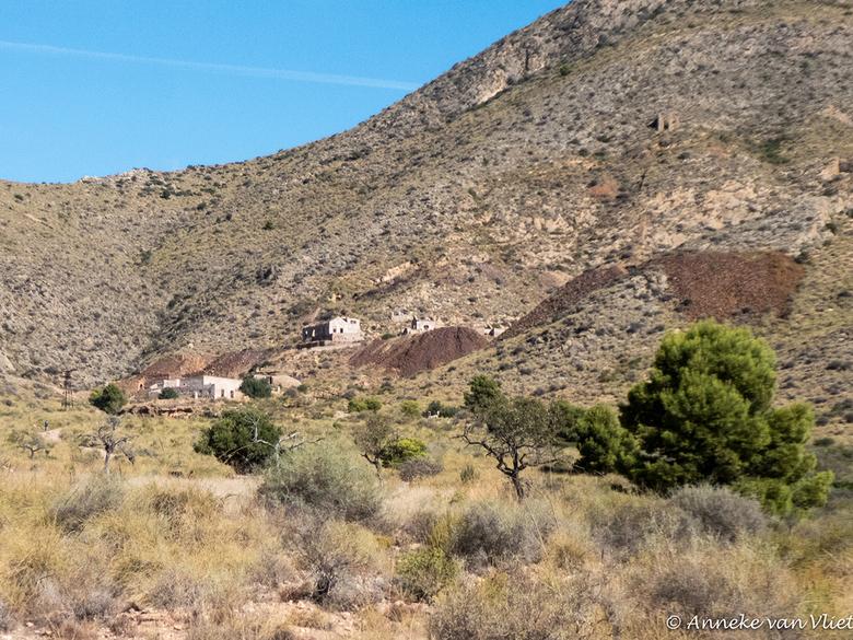 """Isla Plana Las Minas de Calera 1 - De ijzerertsexploitatie, gelegen in de bergen van las Peñas Blancas, bracht onder meer de concessies """"Aqueront"""