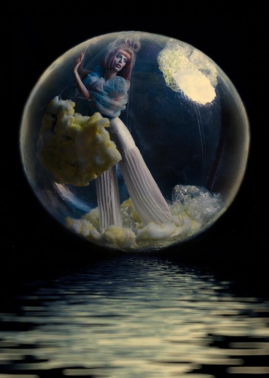 Full Moon: Imprisoned Euphoria. - Fotograaf: Melissa Houben<br /> Art-direction, styling en set-design: Willemijn Bos<br /> Make-up en haar: Lana Ho