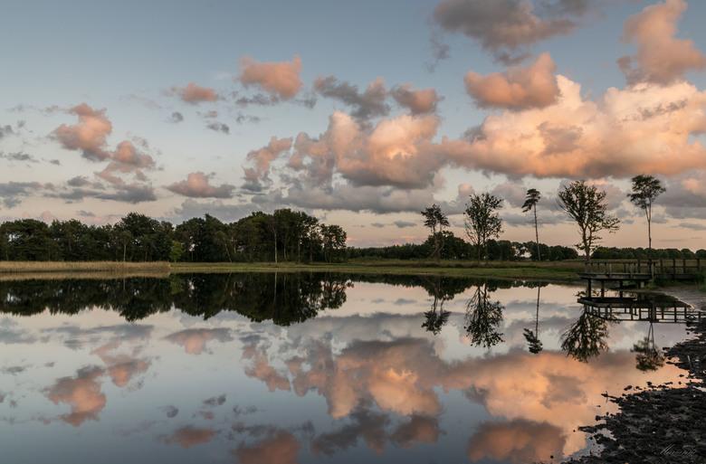 Warm gekleurde wolken boven het Rozenven .