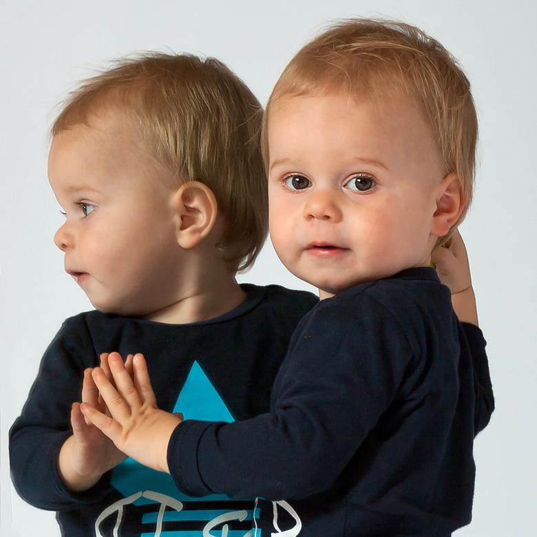 Spiegelbeeld - Tijdens de fotoshoot van 3 kinderen verzonnen we vanalles om de aandacht van de jongste te trekken. Ons lukte dit met veel creativiteit