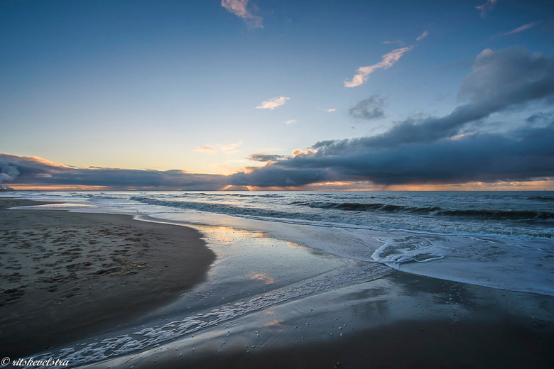 Het Egmondse strand met een bewolkte ondergaande zon - Nog maar net in dit jaar en dan zón schitterende zonnige dag op het Egmondse strand. Waar je da