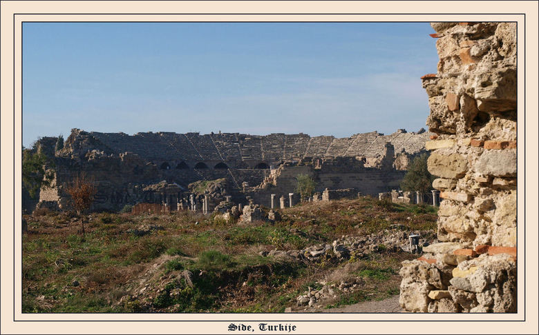 De oude stad, Side - Side in Turkije is een ong. tweeduizend jaar oud stadje of wat er nog van over is. Veel Romeinse invloeden. Zo ook een theater. M