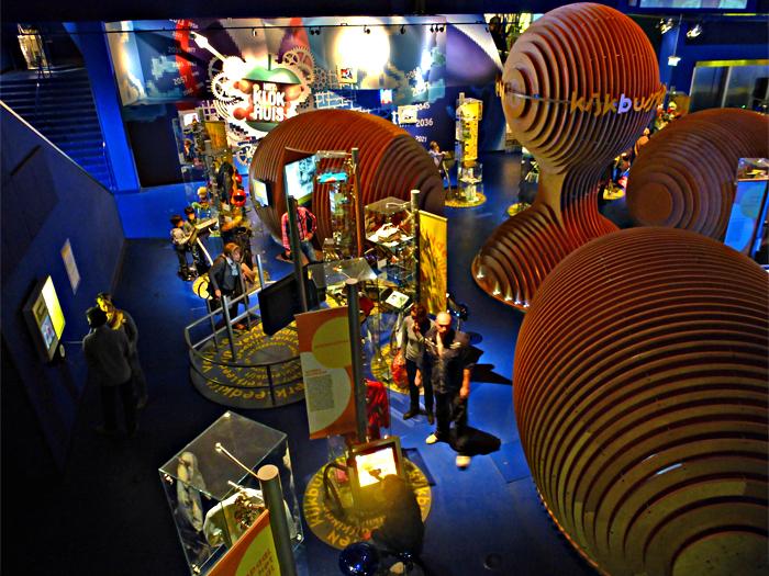 B&G 7 - Beeld en Geluid (Hilversum): het Experience Center.  Niet in één blik te vatten: de camera koos voor 4 verschillende belichtingen en maakt
