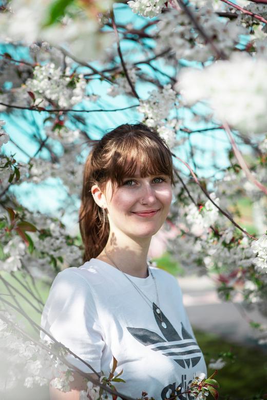 Portret in witte bloesem - Ik schiet meestal geen portretten van mensen. Maar ik zag die boom en belde snel mijn vriendin om wat te shooten. En ben su