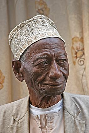 Oude Moslim - Deze aardige Moslim was heel bang van mijn camera, maar ik mocht eerst een foto maken van zijn kleindochter en toen hij dat zag, kwam er