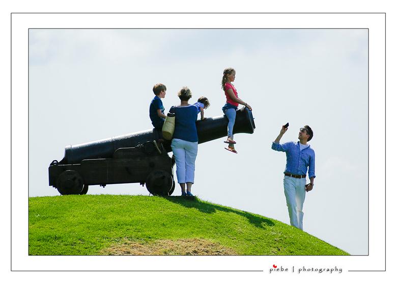 Familie foto - Dit tafereel trof ik aan bij het kanon van Sloten. De vader maakt vol trots een foto met zijn mobiele telefoon van dit tafereeltje.<br