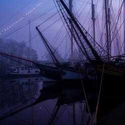 Bruin vloot bij een miste zonsondergang