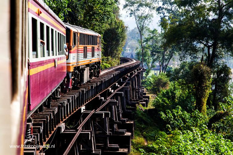 De houtenpalen van de Birmaspoorlijn bij de Kwai rivier nabij Kannachaburi - 201401050978 De houtenpalen van de Birmaspoorlijn bij de Kwai rivier nabi