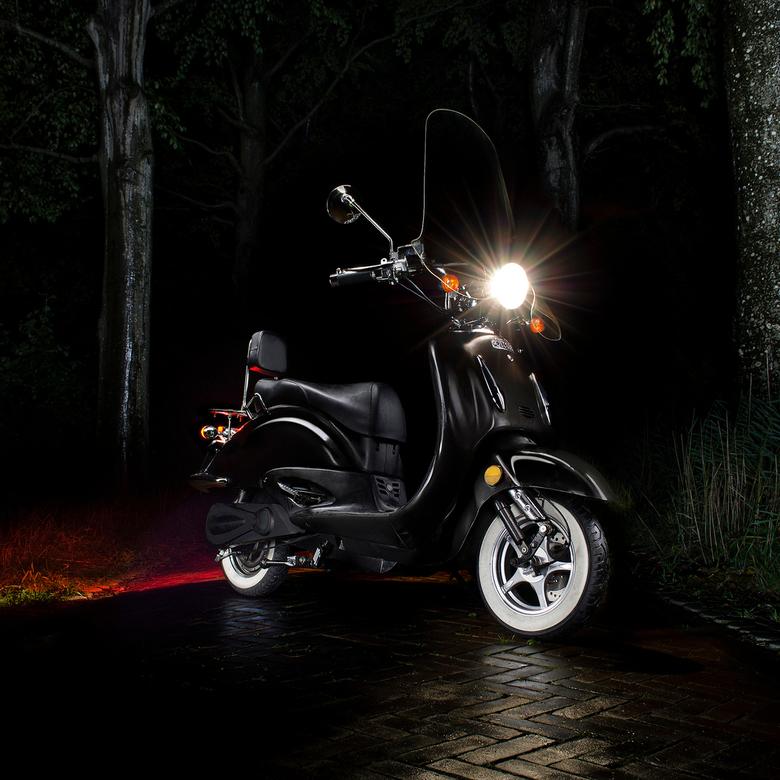 De Tesla onder de scooters - Ebretti 518 electric - De Telsa onder de scooters - Ebretti 518 electric<br /> <br /> Nachtfoto, techniek: Painting wit