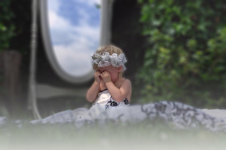 Huilende bruid - Wanneer je met papa wilt trouwen en je hoort dat hij bezet is.<br /> #Vaderdagfoto