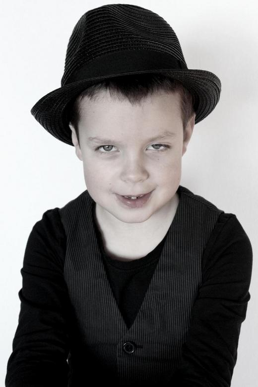 Thomas - Hier had hij gekozen voor de zwarte hoed. De blik in zijn ogen vind ik een tikkeltje eigenwijs, wat overeenkomt met hoe hij zich gedroeg tijd