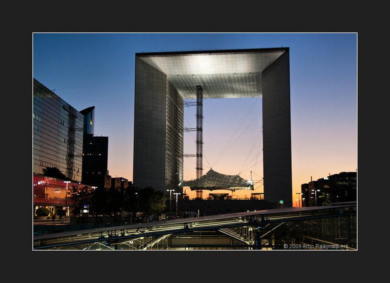 Parijs Defense1 - In Parijs ook even (te kort) naar La Défense geweest. <br /> Een korte serie van enkele avondfoto&#039;s aldaar.<br /> <br /> Ga