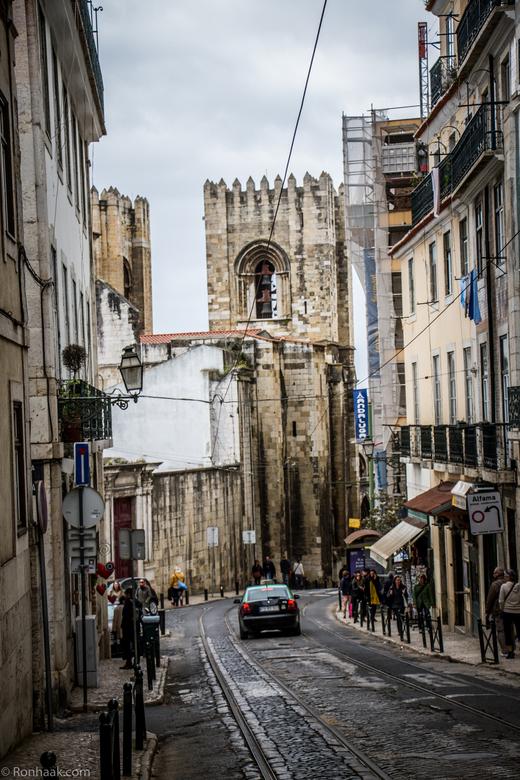 Typisch Lissabon - Kenmerkend voor Lissabon zijn de smalle straatjes, de huizen waar de verf van de muren en deuren afgebladderd is, alle wegen steil