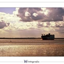 Vrachtschip bij avondlicht