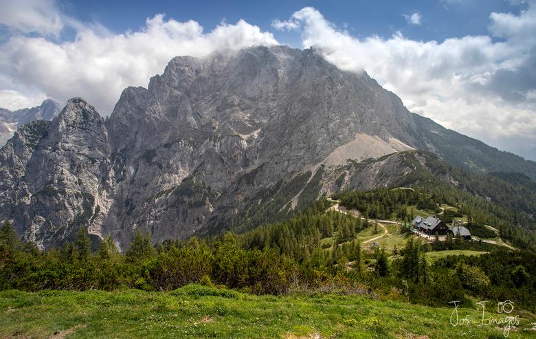 Julische Alpen - Na een mooie route met daarin de Vršič-pas met haar 50 haarspeldbochten kwamen we bij een prachtige wandeling met dit als uitzicht. L