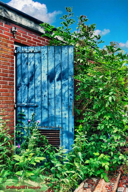 Blue Door - HDR van urbex tafereel bij TAVB. Deze keer zwaar de kleuren doorgezet zodat je een surrealistisch beeld krijgt en de kleuren extra fel wor