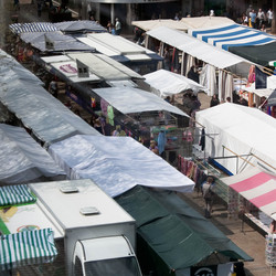 Markt met gevarieerde tenten