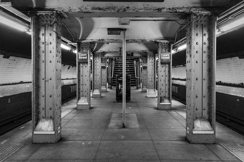 Court Street NY - Het komt in NY niet zo heel vaak voor dat je in een metrostation alleen op het perron staat (behalve 's nachts). Dit is Court S