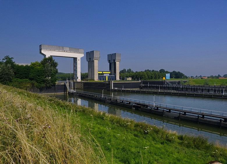 Amsterdam Rijnkanaal en omgeving 432. - Prinses Irenesluizen, het zijn de sluizen op de kruising van Amsterdam Rijnkanaal met de rivier de Lek. Net bu