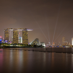 Gezicht op Singapore vanaf de Marina Barrage.
