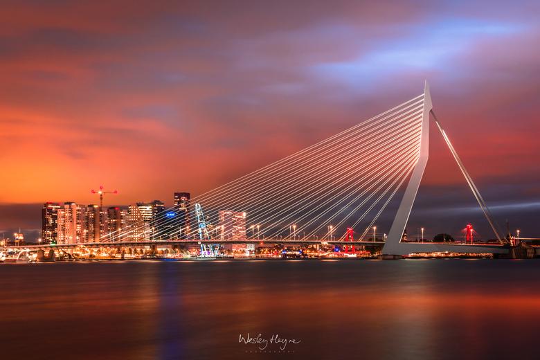 010 on fire - De lucht kleurde prachtig bij de bekendste brug van Nederland.
