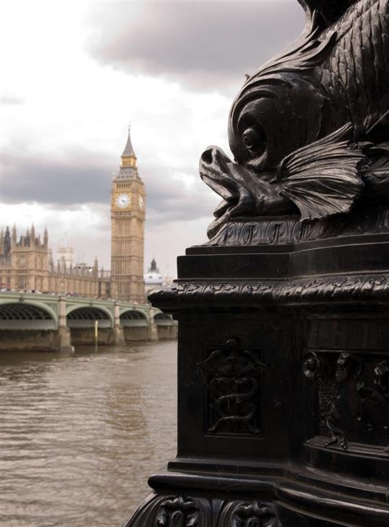 Big fish or... - De Big Ben door een vis bekeken