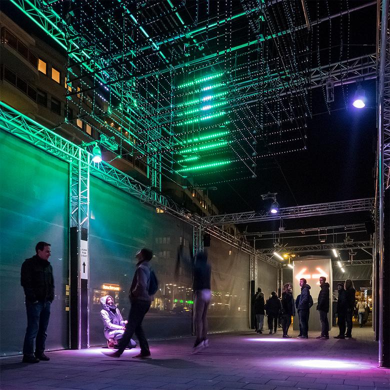 Jump for Light - De titel van dit lichtkunstwerk spreekt voor zichzelf en op de foto zien we hoe dit voor sommige mensen werkte om ze aan het springen