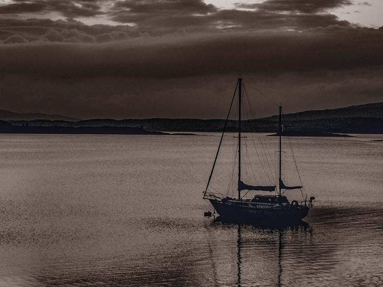 Avond in donker sepia - Foto genomen tijdens een zomerse zonsondergang, de zon al ver onder de horizon verdwenen. Met het laatste licht deze foto geno