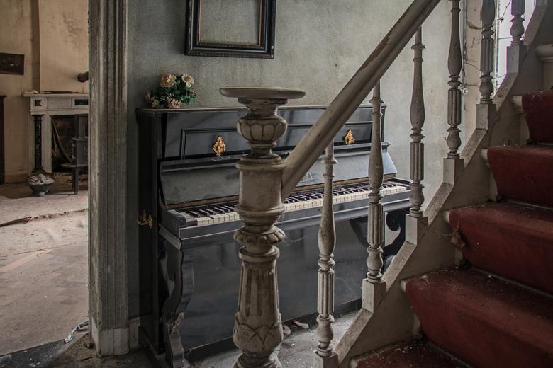 IMG_07411 - Een verlaten huis waar je fantasie, zodra je binnenkomt, gelijk aan het werk gaat. Wat is hier gebeurd? Wat voor een leven hebben zij geha