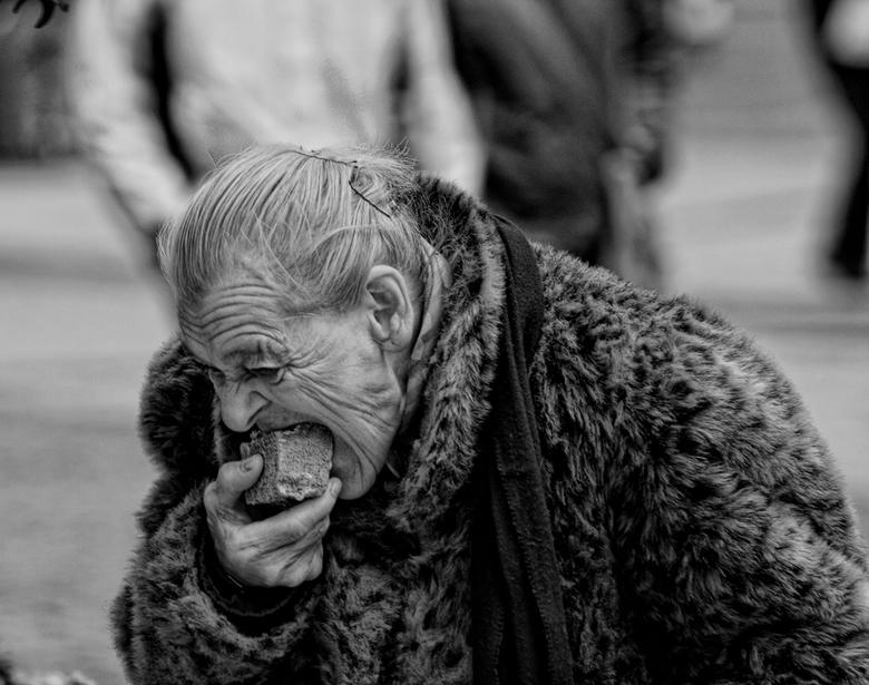 people of the street - Oude dame die dankbaar wat eten neemt,wat ze is aangeboden..
