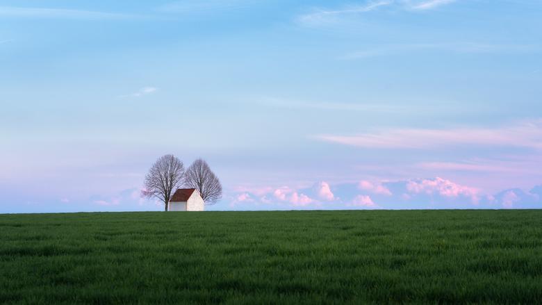 Kapel in het veld - Een kleine kapel ergens in een afgelegen grasveld in Duitsland.