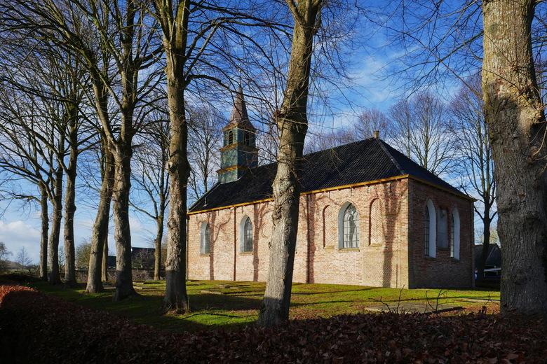 OLV kerk Tinallinge - De OLV kerk in Tinallinge in het januari-zonnetje. Tinallinge is een dorp in de gemeente Het Hogeland in de Nederlandse provinci