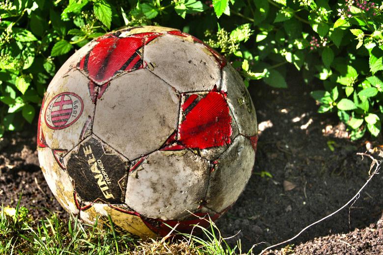 Verloren bal - Een oude bal bewerkt met HDR toning.
