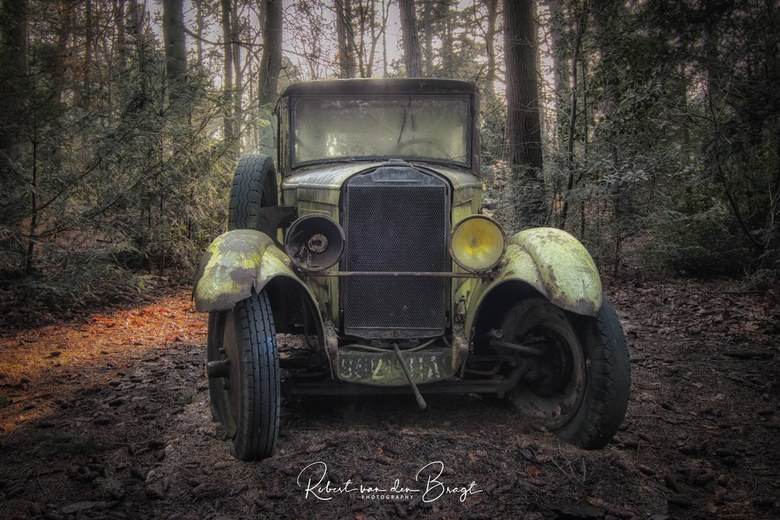Old car in the wood  - Oude auto ergens in de bossen.