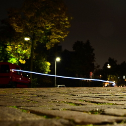 's nachts, terwijl een fietser voorbijrijdt