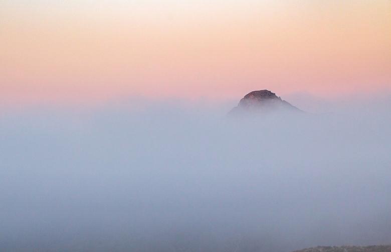 Only the Top... - Een vroege ochtend in augustus. Genieten van de aanwezige mist in de vallei.<br /> Hondon de los Frailes Spanje