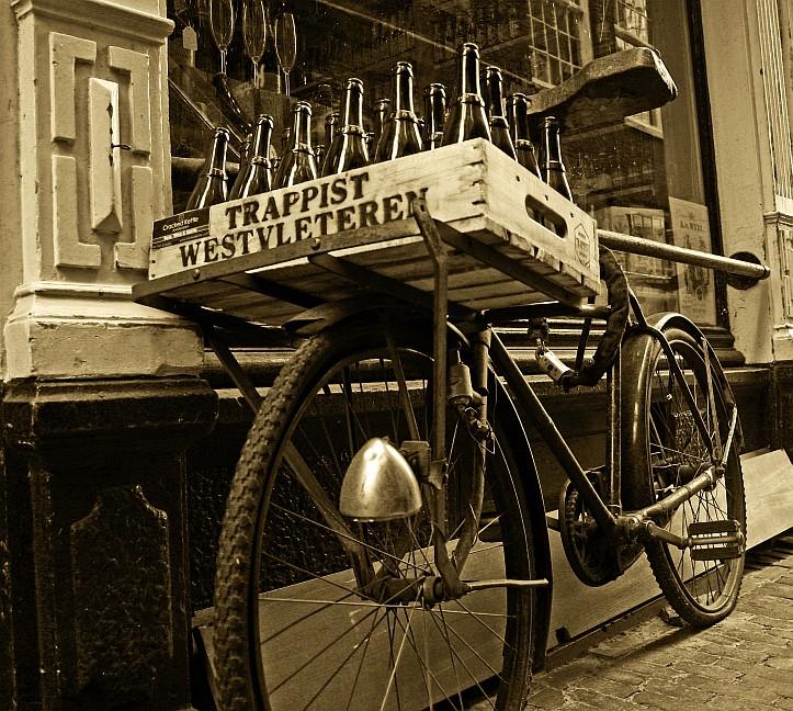 fiets - In een zijstraatje van de spuistraat in Amsterdam.