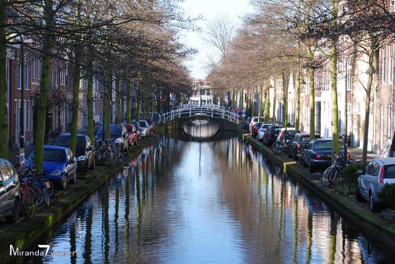 Delftse grachten - De Delftse grachten zijn mooi. Schitterende oude herenhuizen langs de grachten, mooie bruggetjes en met mooi weer mooie beelden als