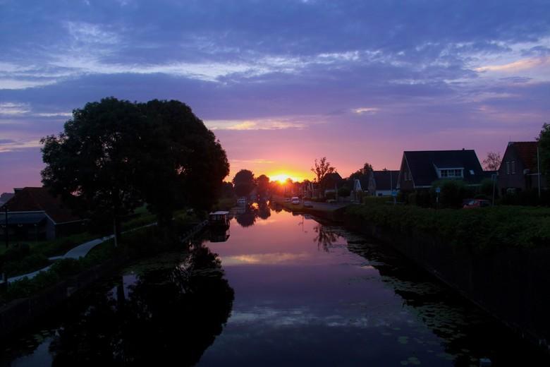 Zonsopkomst - Ik werd 's ochtends om half 6 wakker van de warmte, en zag toen de zonsopkomst. Snel de camera gepakt en naar buiten gegaan en deze